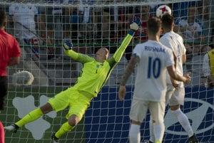 Na snímke vľavo brankár Adrián Chovan dostáva gól, vpravo Albert Rusnák v zápase A skupiny ME futbalistov do 21 rokov Slovensko - Anglicko.