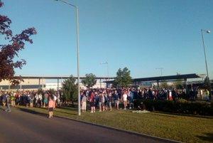 Začiatok štrajku pred závodom VW v Devínskej Novej Vsi.