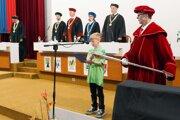 Diplomy si deti preberajú na akademickej pôde.
