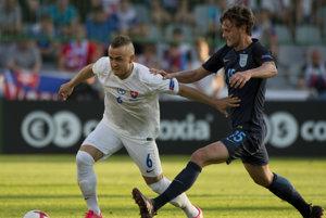 Na snímke vľavo Stanislav Lobotka (Slovensko) a vpravo John Swift (Anglicko) v súboji o loptu v zápase A skupiny ME futbalistov do 21 rokov Slovensko - Anglicko.