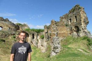 Ľubomír Hutka pri hrade Čičva.