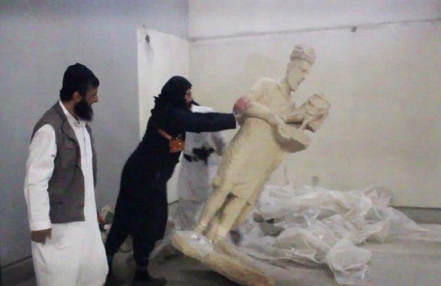Islamisti v mosulskom múzeu.