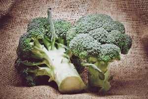 Brokolica. Porcia varenej brokolice o veľkosti šálky obsahuje cez 5 gramov vlákniny.