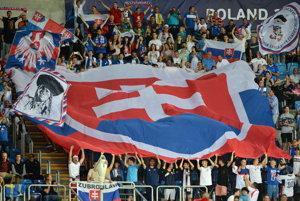 Na snímke slovenskí fanúšikovia pred zápasom.