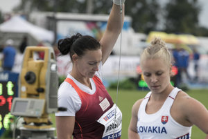 Na snímke sprava slovenské kladivárky Nikola Lomnická a Martina Hrašnová počas 52. ročníka medzinárodného atletického mítingu Pravda - Televízia - Slovnaft (P - T - S) v Šamoríne.