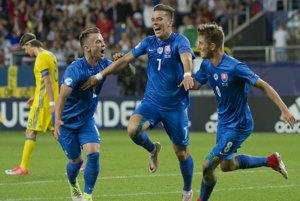 Na snímke druhá gólová radosť slovenských futbalistov zľava Albert Rusnák, strelec gólu Jaroslav Mihalík a Martin Chrien.