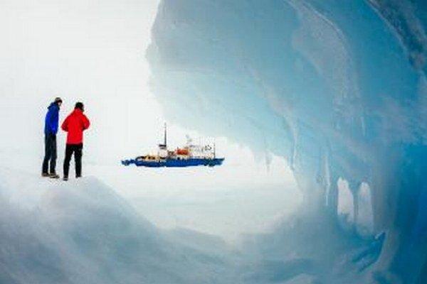 Príčinou zrušenia záchrannej akcie je nedostatočná nosnosť ľadu na mieste prestupu cestujúcich a zatarasenie cesty pre evakuačný čln.