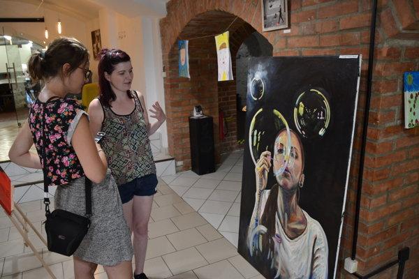 Organizátorka výstavy, Veronika Vlašicová, taktiež vystavila svoj obraz – Radosť.