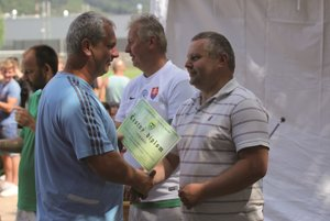 Predseda ObFZ Žilina Igor Krško (vpravo) ocenil zástupcov jubilujúceho FK Predmier.