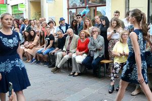 Delegácia z Art Film Festu. Na modely sa prišiel pozrieť aj programový riaditeľ Peter Nágel, prezident festivalu Milan Lasica, jeho manželka Magda Vášáryová a český režisér Jan Hřebejk. Zaujal ich model Mišeny Juhász, ktorá pracuje s modrotlačou.
