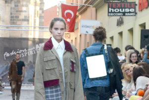 """Od mladej pre mladých. S módou pre mladých sa predstavila študentka ŠÚV Monika Čopáková. """"Inšpirovala som sa známymi návrhármi, ktorí tvoria aj v tomto štýle, no vlastnú tvorbu som zamerala na využiteľnosť a obnovu vyradených vecí a materiálov."""""""