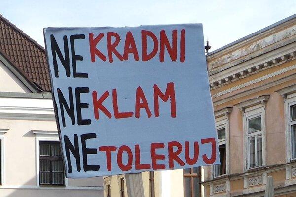 Jeden z transparentov na Mierovom námestí v Žiline počas Protikorupčného pochodu.