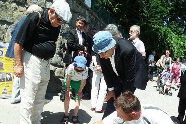 Egon Holländer (vľavo) pri pohľade na štyri Stolpersteine jeho predkov len ťažko nachádzal slová.