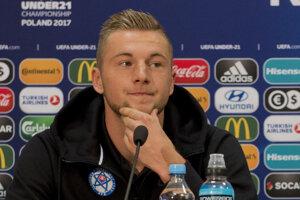 Na snímke slovenský futbalový reprezentant do 21 rokov Milan Škriniar tlačovej konferencie.