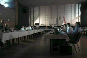 Poslancov osvetľovali len monitory notebookov. Elektrina vypadla v celom meste.