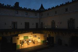Premiéru hry zvolenskej činohry Škola základ života aj prvú reprízu si diváci vychutnali na zámku.
