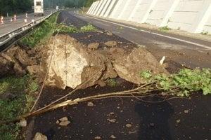 Pred pár dňami sa počas búrky zosunuli na cestu kamene.