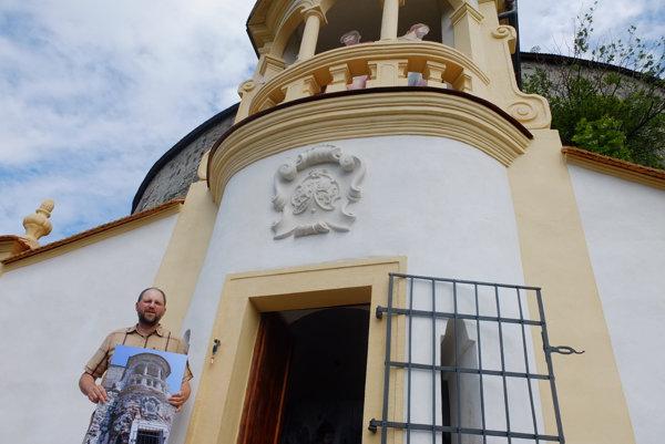 Martin Macharik drží v rukách fotografiu podoby kaplnky pred obnovou.