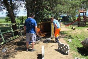 Hlavnou pracovnou silou pri výstavbe ihriska pre deti sú dobrovoľníci.