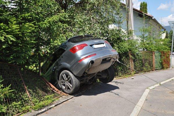 Audi skončilo v záhrade rodinného domu.