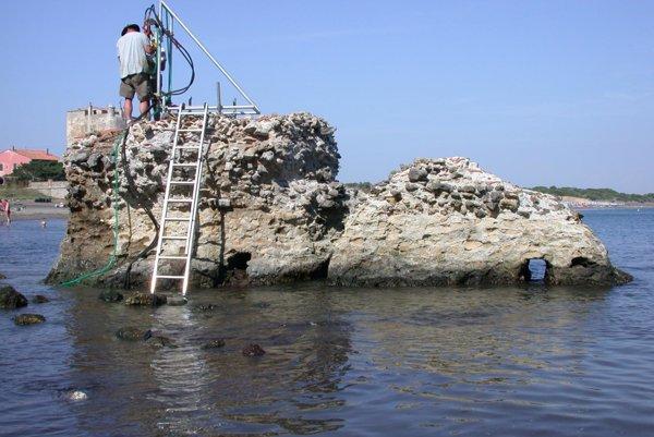 Skúmanie rímskeho betónu v Toskánsku.