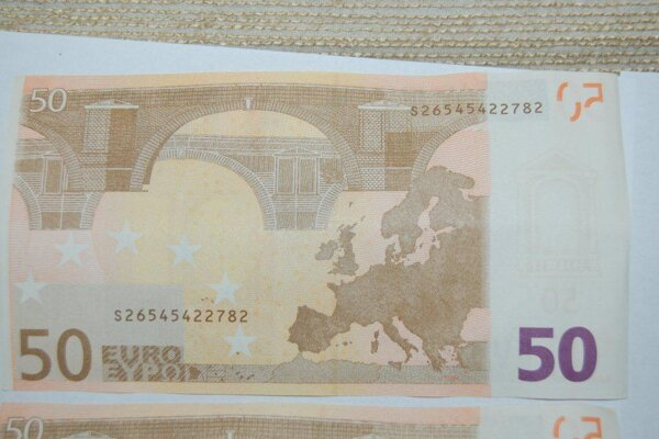 Dvaja Poliaci prechovávali a dávali do obehu falzifikáty  50-eurových  bankoviek.