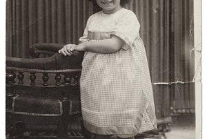 Magdalena Carmen Frida Kahlo y Calderón sa narodila 6. júla 1907. Bola v poradí tretím dieťaťom manželstva Guillerma Kahla a Matilde Calderónovej. Otec Guillermo mal dcéry aj z prvého manželstva, tie však vyrastali v kláštore.