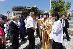 Biskup Dávid Bartimej Tencer počas sv. prijímania veriacich.