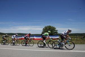 Cyklisti idú do cieľa piatej etapy.