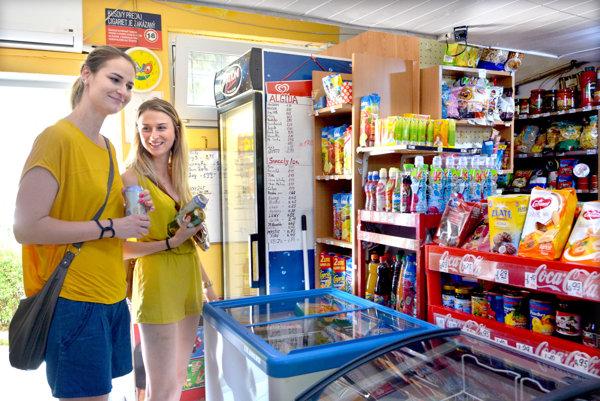 Nakúpili v malom. Jane a Denise otvorené nákupné centrá nechýbali.