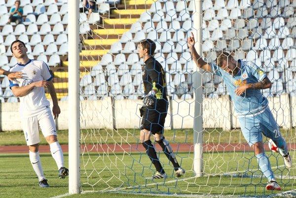 Slovanista Jakub Mareš sa raduje zo svojho gólu.