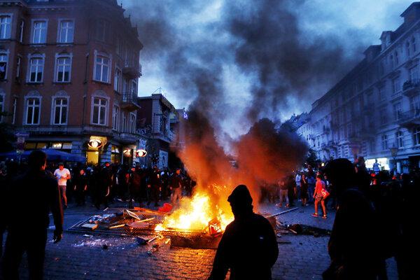 Policajné zložky zasahovali proti demonštrantom, ktorí zapálili barikády a začali rozbíjať v meste výklady.