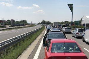 Dopravu na diaľnici D1 zablokovala havária.