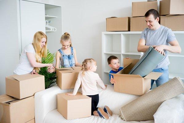 Aj keď využijú služby sťahovacích firiem, väčšinou si ľudia zbalené krabice pripravia sami.
