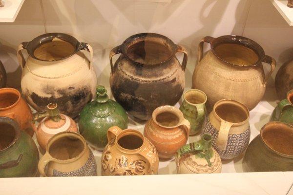 Pozostatky zrúk dávnych hrnčiarov vzbierkovom fonde Baníckeho múzea vRožňave.