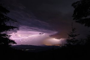 Búrka nad Kremnickými vrchmi a Banskou Bystricou. Fotené od Chaty pod Hrbom.