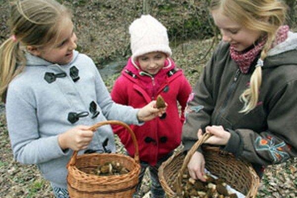 Mladé hubárky zľava - Lenka, Natália a Monika sa chvália svojimi úlovkami.