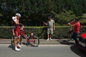 Nemec Nils Politt mal problémy s bicyklom.