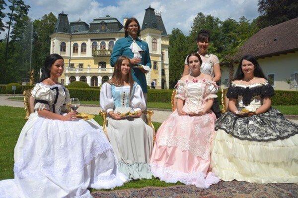 Momentka z minulého roku z podobnej akcie. Aristokracia Andrássyovcov. Dobrovoľníci a pracovníci múzea si obliekli autentické dobové kostýmy.