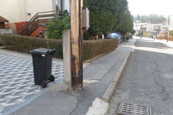 Na Konvalinkovej ulici v Prievidzi musia chodci obchádzať telefónny stĺp.