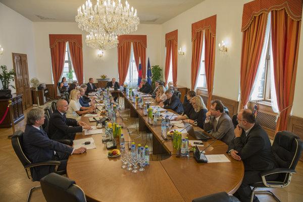 Kandidáti na predsedu Súdnej rady SR Dušan Čimo (prvý vpravo) a Lenka Praženková (tretia vpravo) počas utorňajšej voľby.
