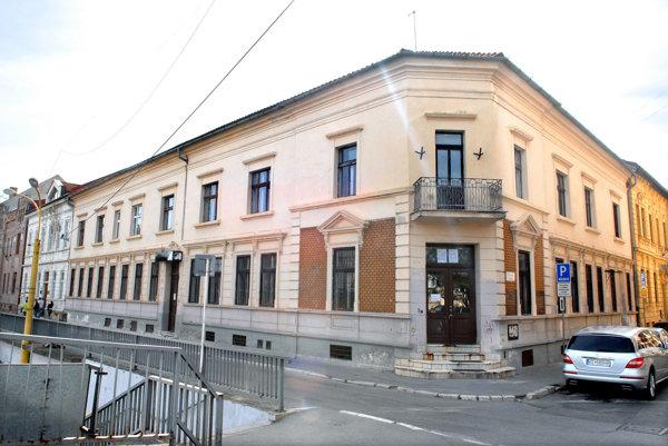 SaS Slovensko. Pred rokmi mala budovu na Štefánikovej asídlo na Zvonárskej ulici. Dodnes zamestnáva súdy.