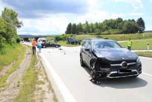 Rozbité autá. Mercedes v popredí, za ním alfa a peugeot.