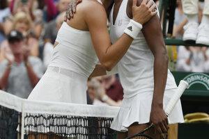 Garbine Muguruzová-Blancová prijíma gratuláciu od Venus Williamsovej.