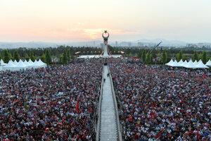 Zaplnené námestie v Ankare.