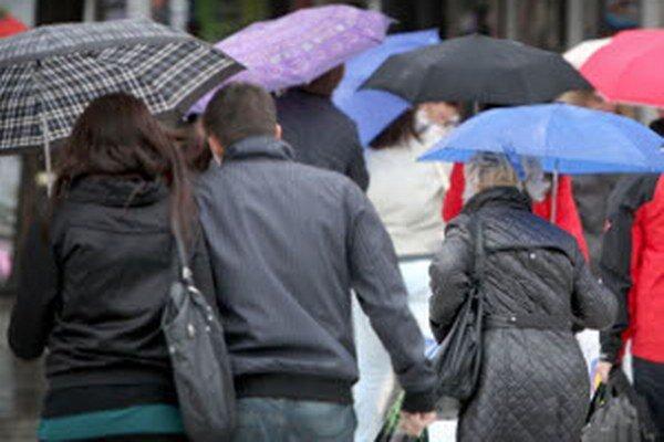 Daždivé počasie môže narobiť problémy na vodných tokoch.