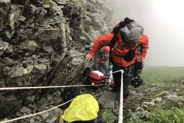 V tomto úzkom žľabe skončila turistka, ktorá spadla z Troch kôp.