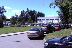 Všade plno. Zaparkovať pred nemocnicou je problém.