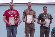 Víťazná trojica v kategórii muži - v strede prvý Peter Gyürüsi