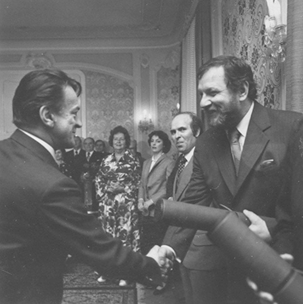 Člen predsedníctva ÚV KSS, minister kultúry SSR Miroslav Válek odovzdal 2. mája 1979 diplom zaslúžilému umelcovi Vladovi Müllerovi.